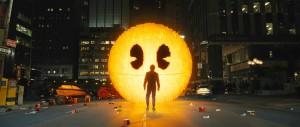 Pac-Man trifft seinen Schöpfer Tōru Iwatani (Bildrechte: Sony Pictures Licensing GmbH)