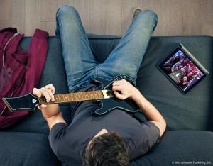 Tablet-Version von Guitar Hero Live mit Gitarren-Controller (Bildrechte: Activision)