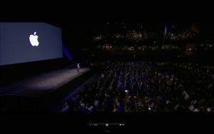 Tim Cook beginnt die Keynote zur WWDC mit einer Schweigeminute für die Opfer des Anschlags von Orlando am Tag zu vor (Screenshot aus Apples Livestream)