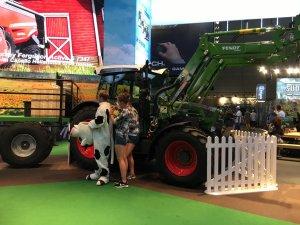Gamescom 2016: Die beiden freundlichen Bäuerinnen bereiten ihre Kuh für Foto-Shootings vor – Landwirtschaftssimulator 17