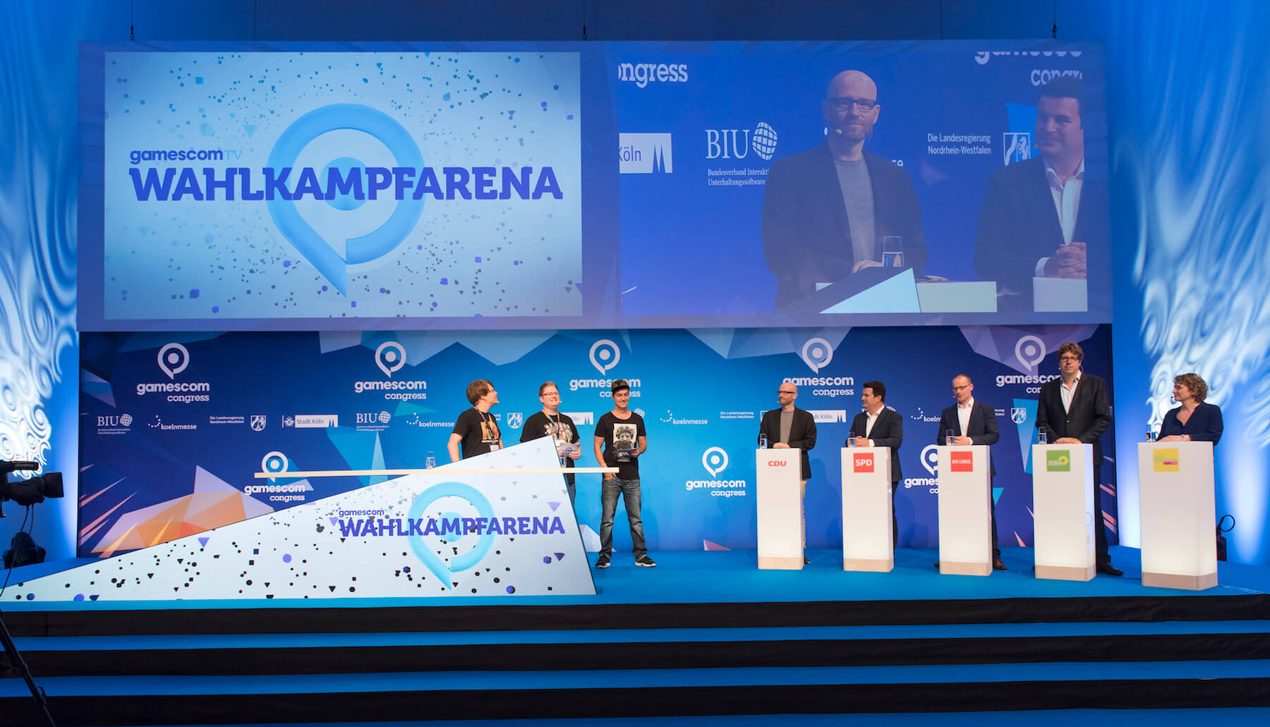 Gamescom 2017: Eröffnung des gamescom congress, Wahlkampfarena, v.l.n.r. Colin Gäbel (Rocket Beans Entertainment), Peter Smits (PietSmiet), Florian Mundt LeFloid), Dr. Peter Tauber (CDU Generalsekretär), Hubertus Heil (SPD Generalsekretär), Matthias Höhn (DIE LINKE Bundesgeschäftsführer), Michael Kellner (Bündnis 90/Die Grünen Politischer Bundesgeschäftsführer), Nicola Beer (FDP Generalsekretärin), Konrad-Adenauer-Saal, Congress Centrum Nord (Bildrechte: Koelnmesse GmbH, Oliver Wachenfeld)